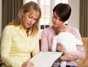 Как правильно знакомить няню с ребенком